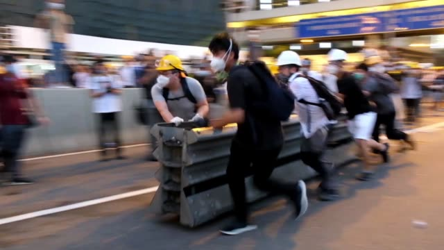 people build a barricade during a protest against a proposed extradition law in hong kong on june 12 2019 violent clashes broke out in hong kong on... - juni bildbanksvideor och videomaterial från bakom kulisserna