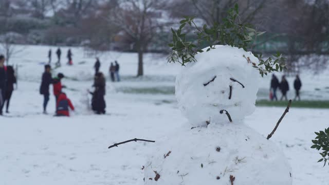 people build snowmen in a park in north london on january 24, 2021 in london, united kingdom. parts of the country saw snow and icy conditions as... - snow stock videos & royalty-free footage