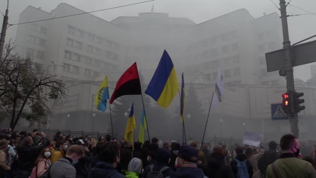 people burn smoke flares as they protest against cancellation of criminal liability for inaccurate declarations of assets near the constitutional... - ukraine stock-videos und b-roll-filmmaterial