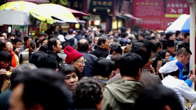 leute kaufen sie imbisse in der berühmten yuyuan garten in shanghai, china - hart arbeiten stock-videos und b-roll-filmmaterial