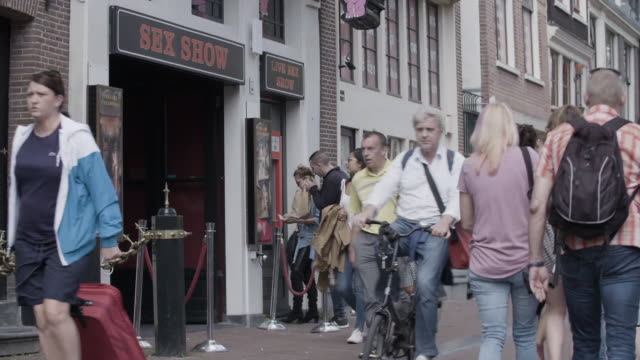 people buy tickets for amsterdam sex show - olanda settentrionale video stock e b–roll