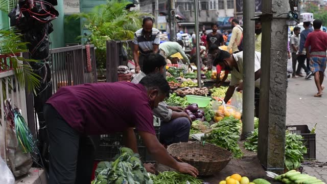 vidéos et rushes de people buy vegetables and fruits at a street market during relaxation hours of the ongoing covid-19 coronavirus lockdown, on june 09, 2021 in... - vendre