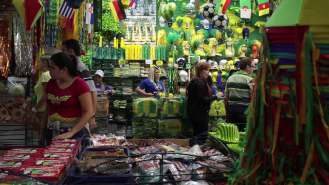 vidéos et rushes de people buying brazilian themed objects in downtown ahead of the world cup in sao paulo brazil on wednesday june 13 2018 - casquette de baseball