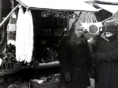 ms people buying christmas decorations at market audio / moscow russia - 1925年点の映像素材/bロール