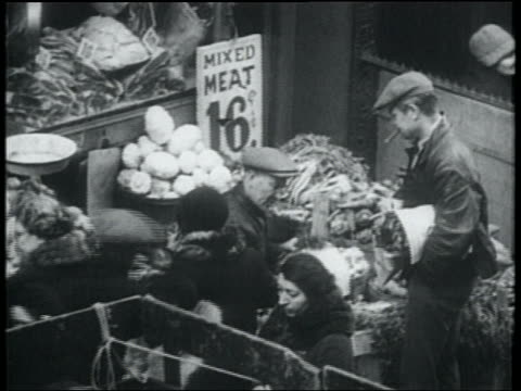 "b/w 1932 people buying from street vendor with sign saying ""mixed meat"" / lower east side, nyc - lower east side bildbanksvideor och videomaterial från bakom kulisserna"
