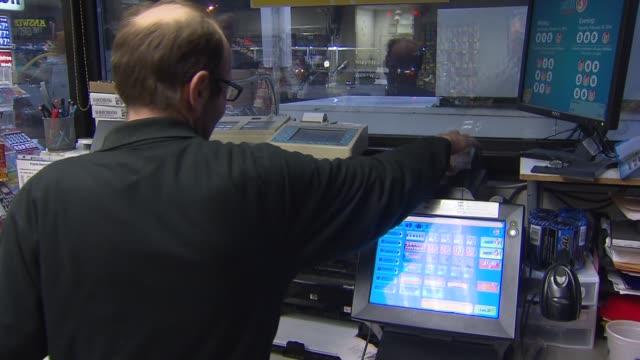 stockvideo's en b-roll-footage met people buying powerball lottery tickets - loterijlootje