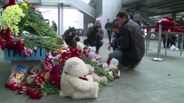 people came to pulkovo airport in st petersburg on sunday to mourn the 224 people who died when a russian charter plane crashed over egypts sinai... - kogalymavia flug 9268 stock-videos und b-roll-filmmaterial