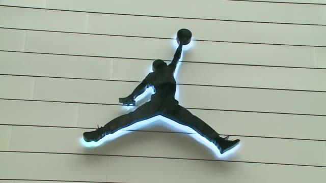 people camped outside in line for michael jordan store opening in chicago - scarpe da ginnastica video stock e b–roll