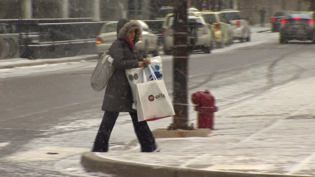 vídeos y material grabado en eventos de stock de people carrying shopping bags in the snow on december 24 2013 in chicago illinois - agua helada