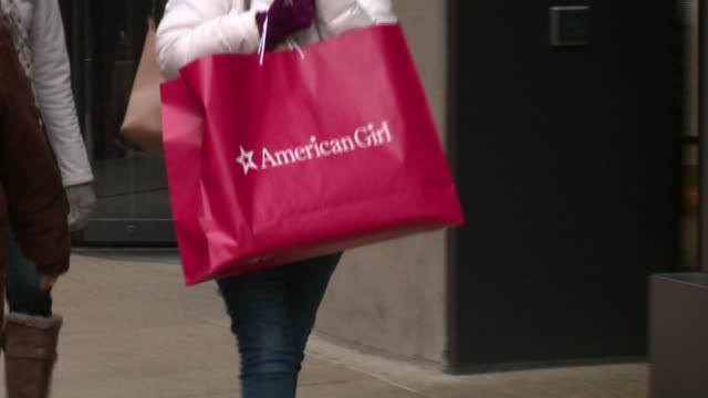 stockvideo's en b-roll-footage met wgn people carrying shopping bags on michigan avenue in chicago on november 29 2015 - nordstrom