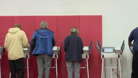 ms, pan, people casting their votes at electronic voting machines, toledo, ohio, usa - röst bildbanksvideor och videomaterial från bakom kulisserna