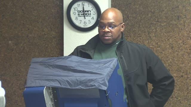 vídeos de stock, filmes e b-roll de wgn people casting their votes in booth on november 03 2012 in chicago illinois - título de eleitor