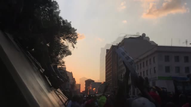 vídeos de stock, filmes e b-roll de people celebrate in the streets of harare after the resignation of zimbabwe's president robert mugabe on november 21 2017 zimbabwean president robert... - 2017