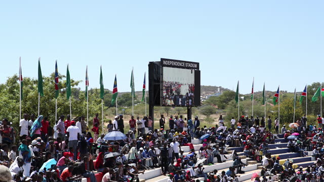 vídeos de stock e filmes b-roll de people celebrate the 29th anniversary of liberation of namibia, at the independence stadium, in windhoek, namibia, on march 21, 2019. namibia became... - enfeites para a cabeça
