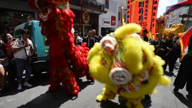 people celebrate the chinese new year as they watch the traditional dragon-parade in the liberdade neighborhood on january 29, 2017 in sao paulo,... - liberdade stock videos & royalty-free footage