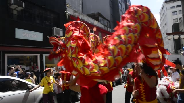 vídeos y material grabado en eventos de stock de people celebrate the chinese new year as they watch the traditional dragon-parade in the liberdade neighborhood on january 29, 2017 in sao paulo,... - liberdade
