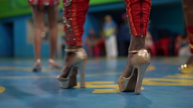 menschen feiern und tanzen brasilianischen karneval beim schulkarneval - kostümierung stock-videos und b-roll-filmmaterial