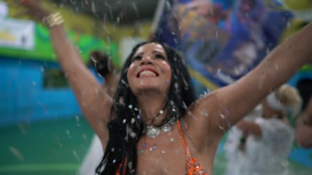 vídeos de stock, filmes e b-roll de pessoas celebrando e dançando carnaval brasileiro no carnaval da escola - partido político