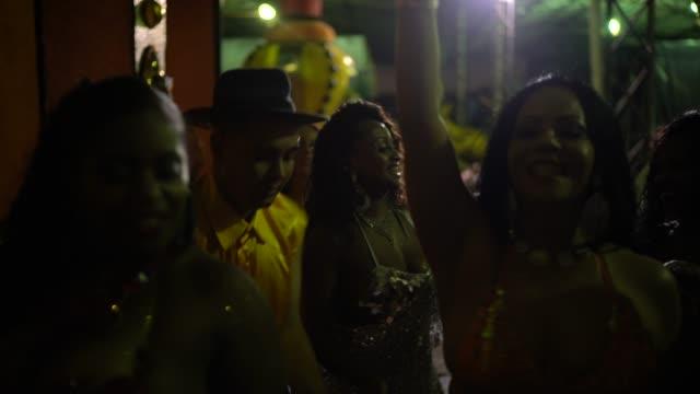 vídeos de stock, filmes e b-roll de pessoas celebrando e dançando carnaval brasileiro - partido político