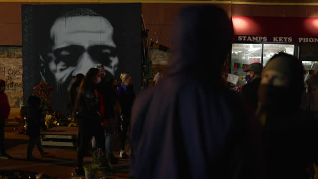 stockvideo's en b-roll-footage met people celebrating around a memorial at the site of george floyd's death after police officer derek chauvin is found guilty of his murder - oordeel juridische procedure