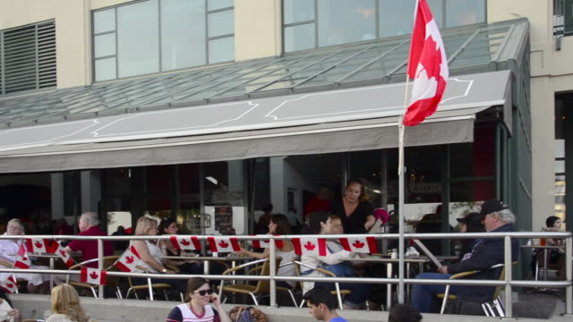 vídeos de stock e filmes b-roll de people celebrating canada day in the city waterfront seen on july 1, 2013; in toronto, ontario, canada. the date is a national statutory holiday. in... - bandeira do canadá