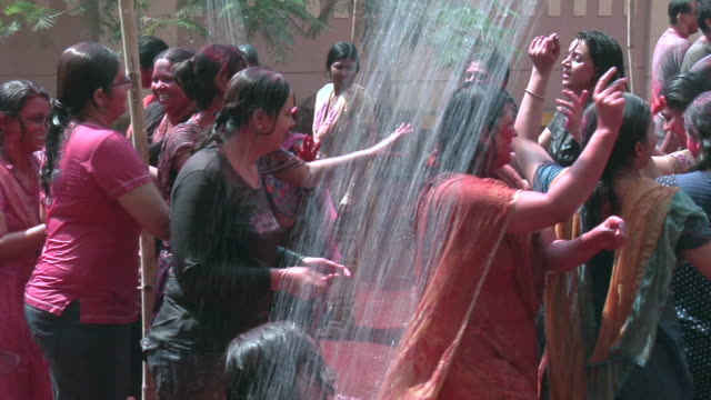 ws zo people celebrating holi and dancing / mumbai, maharashtra, india - traditionelles fest stock-videos und b-roll-filmmaterial
