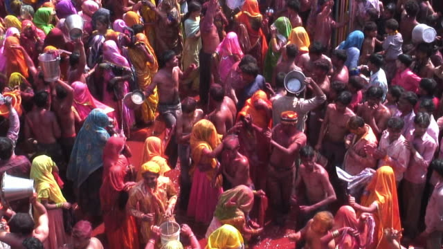 stockvideo's en b-roll-footage met ms people celebrating holi in mathura temple / uttar pradesh, india / audio - holi phagwa