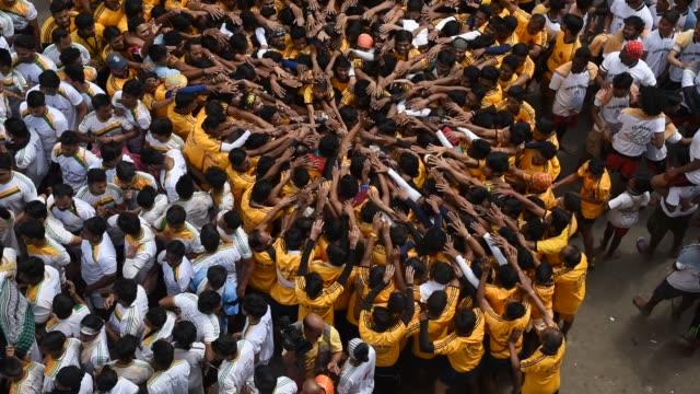 vidéos et rushes de people celebrating janmashtami , dahi handi, - fête religieuse