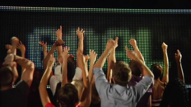 vídeos de stock e filmes b-roll de ms slo mo people celebrating the word goal on big screen with enthusiastic crowd / london, uk - façanha