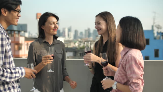 vídeos de stock e filmes b-roll de people celebration with wine at rooftop party - beber