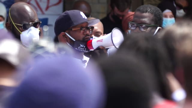 stockvideo's en b-roll-footage met people chant george floyd's name, an african-american who died while being detained by police in minneapolis, at protest rally held by his brother,... - chanten