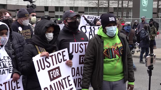 """stockvideo's en b-roll-footage met people chant over and over """"daunte wright"""" as they gather at hennepin county courthouse before verdict and celebrate after hearing the verdict in the... - oordeel juridische procedure"""