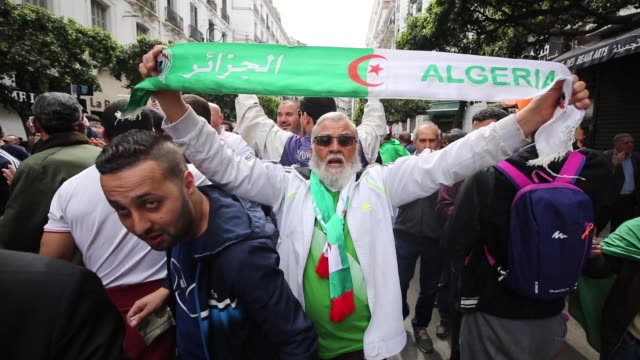 vidéos et rushes de people chant slogans during a weekly anti-government demonstration in the capital algiers on march 13, 2020. - algeria has registered two deaths from... - algerie
