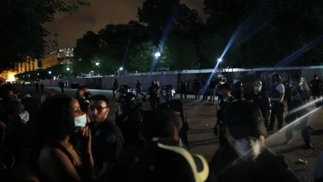 "stockvideo's en b-roll-footage met people chant ""what do we want justice when do we want it now"" and ""shut it down"" as demonstrators hold a protest in response to the police killing of... - chanten"