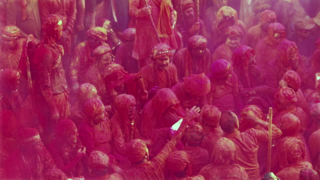 people chanting prayers in a temple during holi, festival of colors - eingewickelt stock-videos und b-roll-filmmaterial