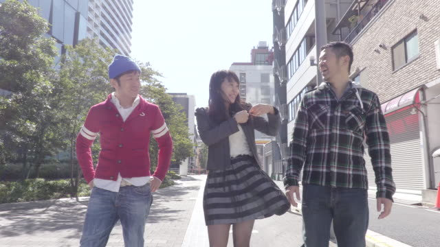 people chatting while walking - 3人点の映像素材/bロール