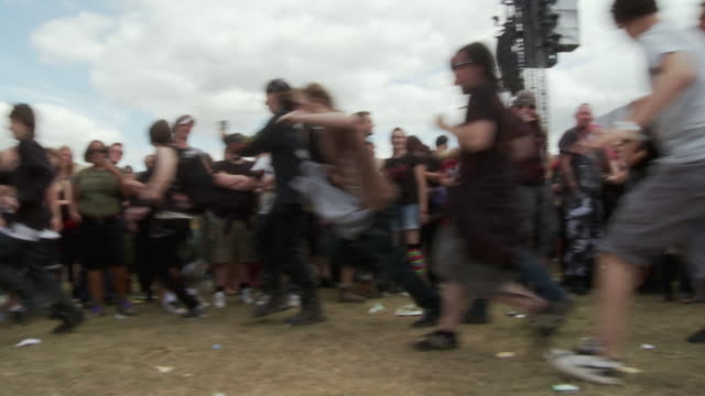 vídeos de stock e filmes b-roll de ws pan slo mo people cheering and running around in circles at sonisphere festival / knebworth, hertfordshire, uk - bater com a cabeça