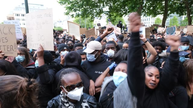 stockvideo's en b-roll-footage met people clap and hold signs chanting black lives matter during a black lives matter demonstration in front of the belgium justice palace on june 7... - chanten