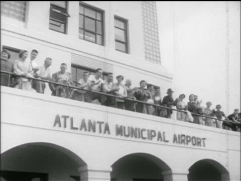 vidéos et rushes de pan people clapping looking down from balcony of atlanta municpal airport / newsreel - 1952