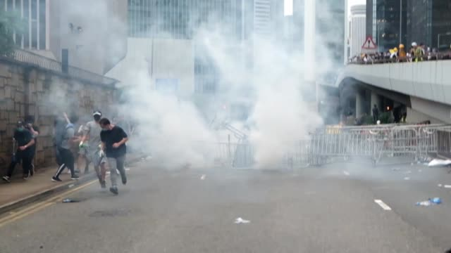 people clash with police during a protest against a proposed extradition law in hong kong on june 12 2019 violent clashes broke out in hong kong on... - juni bildbanksvideor och videomaterial från bakom kulisserna