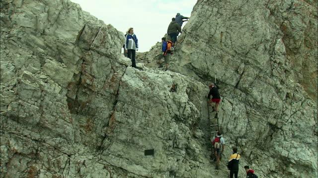 vídeos de stock, filmes e b-roll de ms people climbing up zugspitze mountain, bavaria, germany - montanha zugspitze