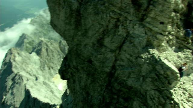 vídeos de stock, filmes e b-roll de ws pan people climbing up zugspitze mountain, bavaria, germany - montanha zugspitze