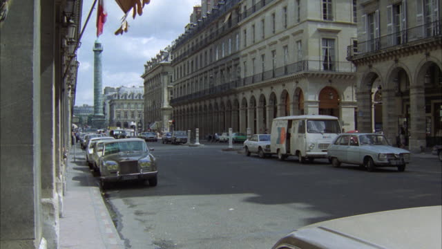 stockvideo's en b-roll-footage met ms people coming out from car in front of hotel inter-continental at rue de la paix area in paris - colonne vendome