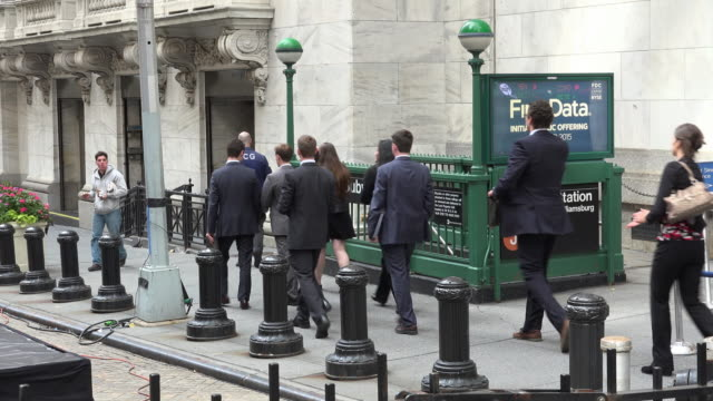 vídeos de stock, filmes e b-roll de people coming to new york stock exchange - wall street