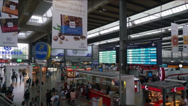 Menschen, die pendeln am Bahnhof in München