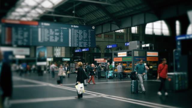 vídeos de stock e filmes b-roll de cneucit1148 pessoas a viagem de casa para o trabalho na estação ferroviária na suíça - via férrea