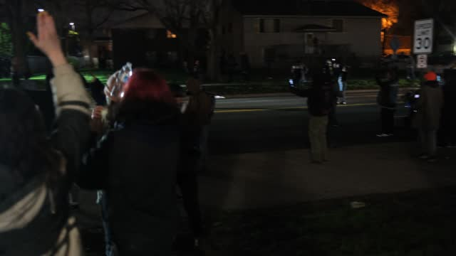 vídeos y material grabado en eventos de stock de people confront police on april 11, 2021 in brooklyn center, minnesota. protesters took to the streets today after 20 year old daunte wright was shot... - sparks