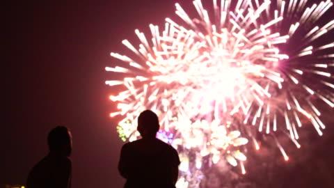 vídeos y material grabado en eventos de stock de people contemplating fireworks. - fuegos artificiales