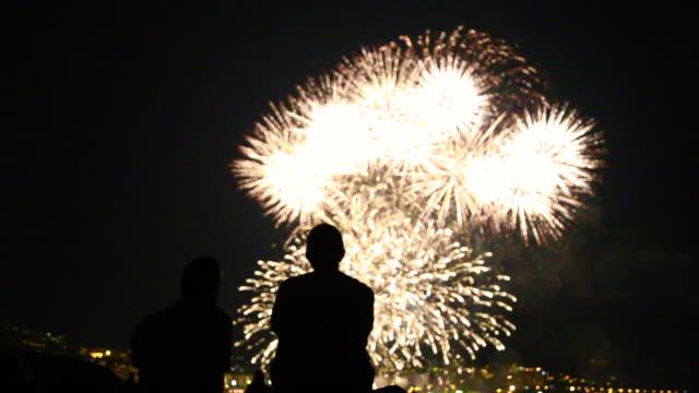 vídeos y material grabado en eventos de stock de people contemplating fireworks. - staring