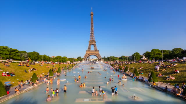 people cooling off in the trocadero fountain at the eiffel tower in the summer heat, tl, ws - europe stock videos & royalty-free footage